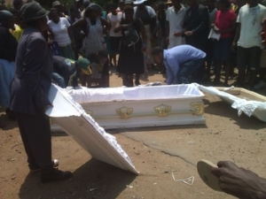 Relatives taking the corpse back into the coffin